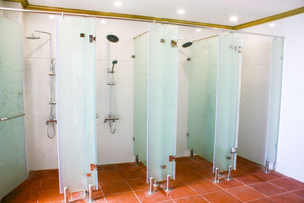 Thiết kế loại phòng tắm kính công nghiệp